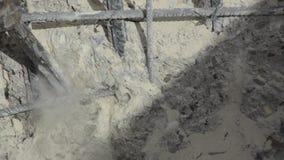 Arbeitskraft sind die Bohrung, die auf Baustelle mit pneumatischem Bohrhammer konkret ist Erbauerarbeitskraft benutzt einen Jackh stock footage