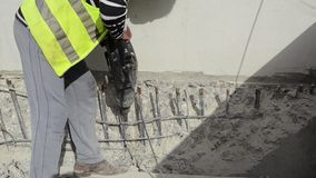 Arbeitskraft sind die Bohrung, die auf Baustelle mit pneumatischem Bohrhammer konkret ist Erbauerarbeitskraft benutzt einen Jackh stock video footage