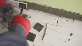 Arbeitskraft stellt kleine Fliesen auf der Wand in der Küche ein Seine Hände setzen die Fliese auf den Kleber stedikam Schießen stock video