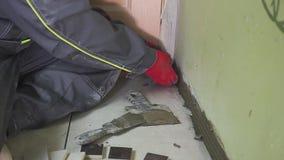 Arbeitskraft stellt kleine Fliesen auf der Wand in der Küche ein Seine Hände setzen die Fliese auf den Kleber stedikam Schießen stock video footage