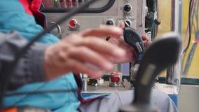 Arbeitskraft steuert Maschinen mit Hebeln an der Betriebsnahaufnahme stock video footage