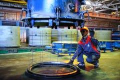 Arbeitskraft steuert Prozess der Herstellung ringsum Block Lizenzfreies Stockfoto