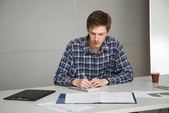 Arbeitskraft studiert sorgfältig den Job, der vom Kopf übernommen wird Lizenzfreies Stockbild