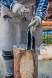 Arbeitskraft teilt Stein mit Meißel Lizenzfreies Stockbild