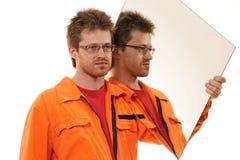 Arbeitskraft trägt einen Spiegel, getrennt auf Weiß Lizenzfreie Stockfotos