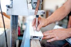Arbeitskraft und Heimwerker, der ein industrielles Werkzeug für das Schrauben verwendet Stockbild