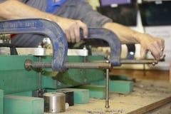 Arbeitskraft und Rohrschellen lizenzfreie stockfotos