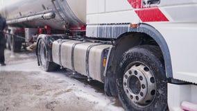Arbeitskraft wäscht einen LKW mit einem enormen Chester stock video