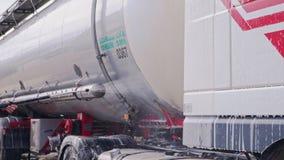 Arbeitskraft wäscht einen LKW mit enormem Chester stock video