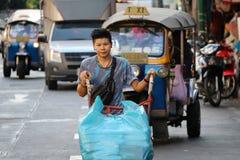 Arbeitskraft, welche die Laufkatze mit zwei Rädern auf der Straße zu den Lieferungswaren an der Sampheng-Handelsstadt, Bangkok, T lizenzfreies stockbild