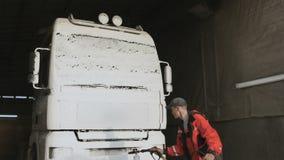 Arbeitskraft wendet Reinigungsmittel mit Farbspritzpistole auf einem LKW an stock video footage