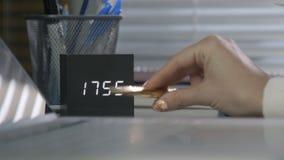 Arbeitskraft zählt die Minuten und die Wartung das Ende eines harten Tages stock video footage