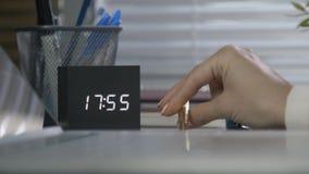 Arbeitskraft zählt die Minuten und die Wartung das Ende eines harten Tages stock footage