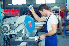 Arbeitskraft zwei in der Fabrik Lizenzfreie Stockbilder