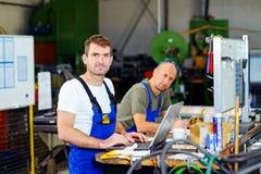 Arbeitskraft zwei in der Fabrik Stockfoto