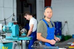 Arbeitskraft zwei in der Fabrik Stockfotos