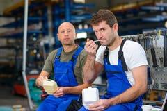 Arbeitskraft zwei in der Fabrik haben einen Bruch Stockbilder