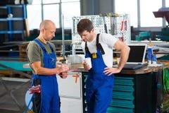 Arbeitskraft zwei in der Fabrik im Gespräch Lizenzfreies Stockfoto