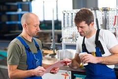 Arbeitskraft zwei in der Fabrik im Gespräch Stockbilder