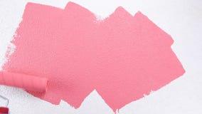 Arbeitskraftanstreicher, der die Wand mit rosa Farbe malt Gebäude stock video