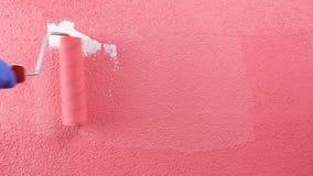 Arbeitskraftanstreicher, der die Wand mit rosa Farbe malt Geb?ude stock video