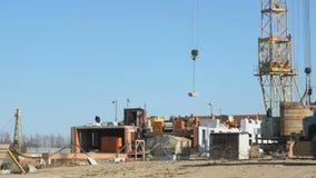 Arbeitskraftarbeit über Bau von draußen errichten stock video