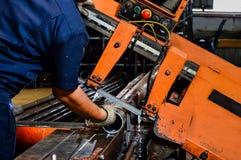 Arbeitskraftarbeit mit Schneidemaschine Stockbilder