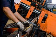 Arbeitskraftarbeit mit Schneidemaschine Lizenzfreie Stockbilder