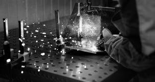 Arbeitskraftausschnitt metalsheet durch Acetylenfackel mit hellen Funken Lizenzfreies Stockbild