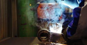 Arbeitskraftausschnitt metalsheet durch Acetylenfackel mit hellen Funken Stockbilder