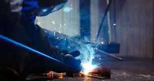 Arbeitskraftausschnitt metalsheet durch Acetylenfackel mit hellen Funken Stockfotografie