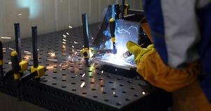 Arbeitskraftausschnitt metalsheet durch Acetylenfackel mit hellen Funken Lizenzfreie Stockbilder