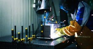 Arbeitskraftausschnitt metalsheet durch Acetylenfackel mit hellen Funken Lizenzfreie Stockfotografie