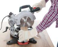 Arbeitskraftausschnittbauholz unter Verwendung der Kreissäge stockfotografie