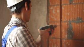 ArbeitskraftBohrloch in der Wand stock footage