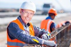 Arbeitskraftfestlegung Stahlrebar an der Baustelle Lizenzfreie Stockfotografie