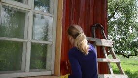 Arbeitskraftfrauen-Bürstenwand stock video