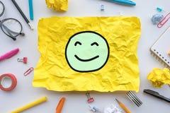 Arbeitskraftgef?hlkonzepte mit Emoticongesicht auf dem gelben Papier zerknittert Gesch?ftsideenl?sung und menschliche Leistung lizenzfreies stockfoto