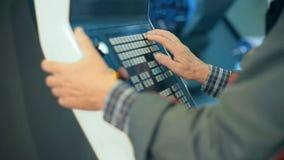 Arbeitskrafthände auf dem Bedienfeld einer Rechner-NC-Steuerung programmierbaren Maschine stock video