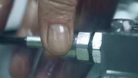 Arbeitskrafthandbefestigungsschlauch zur Einheit Klempner, der Sanitäreinrichtung repariert stock video