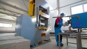 Arbeitskraftlast, die Plastik aufbereitet, wenn Durchschlags-Presse gestempelt wird stock video