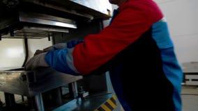 Arbeitskraftlast, die Plastik aufbereitet, wenn Durchschlags-Presse gestempelt wird stock footage