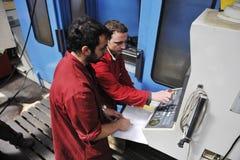 Arbeitskraftleute in der Fabrik lizenzfreie stockfotos