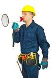 Arbeitskraftmann, der im Lautsprecher schreit Stockfoto