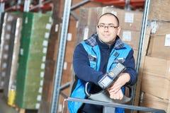 Arbeitskraftmann mit Lagerbarcodescanner Stockfotografie