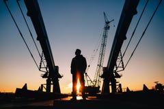 Arbeitskraftschattenbild auf Baustelle Stockfotos