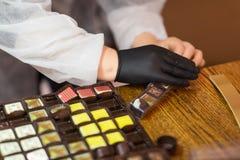 Arbeitskraftverpackungssüßigkeiten am Süßigkeitengeschäft stockbilder
