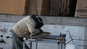 Arbeitskraftwarenausrüstungssicherheit und -maske Tig-Schweißensstahlrohr am Fabrikhangar stock footage
