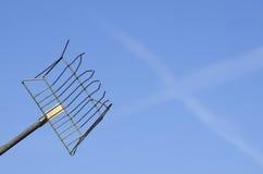 Arbeitskraftwerkzeug auf dem Hintergrund des blauen Himmels Stockbilder