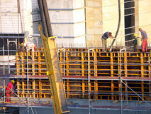 Arbeitskräfte an der Baustelle Stockbild